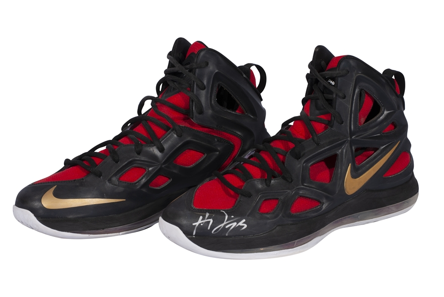 2014-15 ANTHONY DAVIS (PELICANS) GAME WORN & DUAL-SIGNED NIKE AIR ZOOM HYPERPOSITE 2 SHOES PHOTO-MATCHED TO 7 GAMES - 208 POINTS, 69 REB. & 21 BLK. COMBINED! (KNICKS BALL BOY COLLECTION)